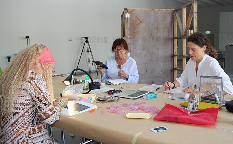 Belle Shafir, Alrun Krauß und Bettina Uhlig bei ihrem kreativen Schaffensprozeß im Joseph-Godehard-Saal des Dommuseums. Foto: Pohlmann/bph