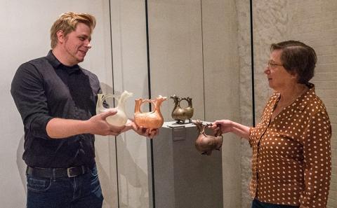 HAWK-Student Jonas Frey übergibt eine Replik der Drachenaquamanile an Museumsdirektorin Prof. Dr. Claudia Höhl. © Tim Rossmann / bph