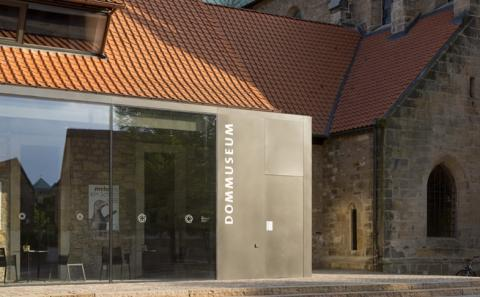 Dommuseum und Dombibliothek waren Orte einer  wissenschaftlichen Tagung, die Historiker, Kunsthistoriker und Naturwissenschaftler in Hildesheim zusammenführte. Im Mittelpunkt stand dabei das so genannte Heinrichsreliquiar. Foto: Monheim / Dommuseum