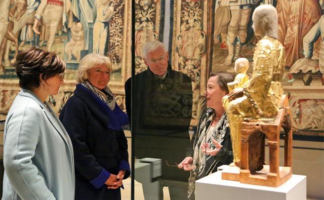 Museumsdirektorin Dr. Claudia Höhl (rechts) stellt der Bundestagsabgeordneten Ute Bertram (links) und Kulturstaatsministerin Monika Grütters die Goldene Madonna vor. Weihbischof Dr. Nikolaus Schwerdtfeger hört ebenfalls zu. © Moras / bph