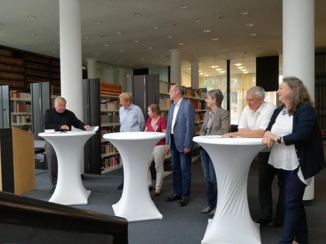 Der ehemalige Direktor der Gottfried Wilhelm Leibniz Bibliothek aus Hannover, Dr. Georg Ruppelt (links) fordert bei der Podiumsdiskussion in der Dombibliothek dazu auf, die kulturellen Schätze Hildesheims noch stärker in die Öffentlichkeit zu bringen.