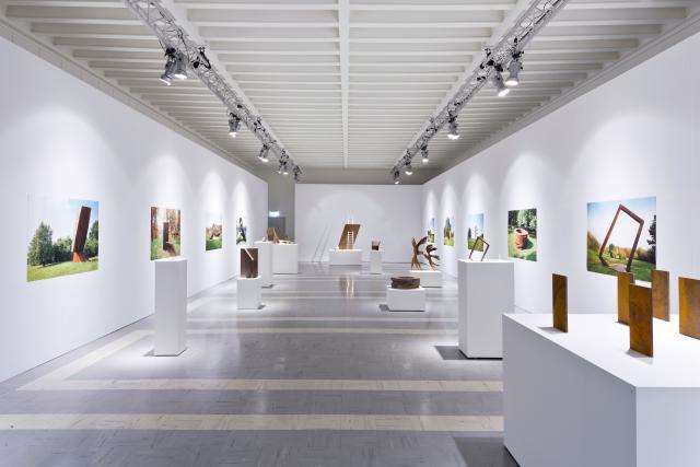 """Die Ausstellung """"Skulpturen für den Frieden"""" im Dommuseum Hildesheim."""