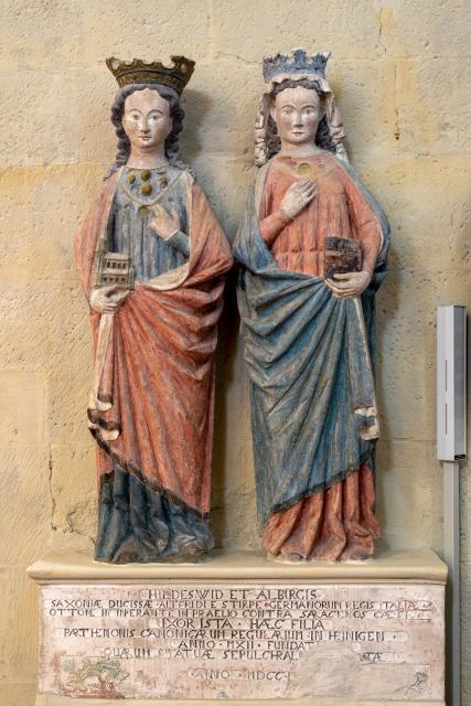 Statuen der Stifterinnen Hildeswid und Alburgis, um 1280, Heiningen, kath. Kirche St. Peter und Paul, ehem. Stiftskirche.